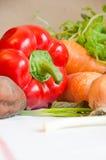 Grönsaker och mintkaramell på en vit bordduk Arkivfoto