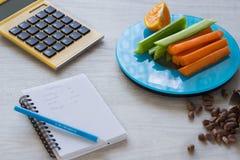Grönsaker och muttrar på vågen Räkna för kalori arkivfoton