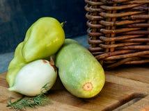 Grönsaker och vide- korg Arkivfoto