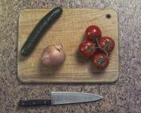 Grönsaker ordnar till för att huggas av arkivbild