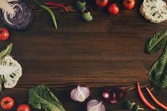 Grönsaker på den bruna tabellen Royaltyfria Foton