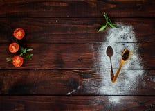 Grönsaker på det bruna köksbordet royaltyfri fotografi