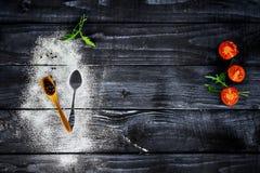Grönsaker på det bruna köksbordet arkivfoto