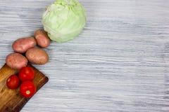 Grönsaker på en gammal trätabell, ingredienser, bästa sikt, kopieringsutrymme Royaltyfri Fotografi