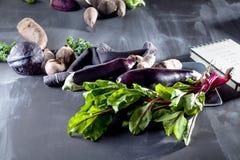 Grönsaker på en platta med den öppna anteckningsboken Fotografering för Bildbyråer