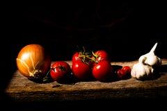 Grönsaker på en träplanka Arkivfoto