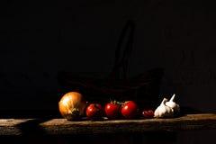 Grönsaker på en träplanka Royaltyfria Foton