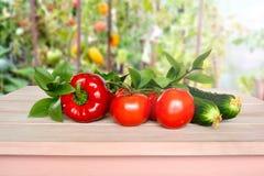 Grönsaker på en trätabell som tas i ett växthus Arkivbild