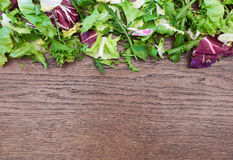 Grönsaker på ett gammalt träutrymme för tabellbakgrundskopia Royaltyfria Bilder