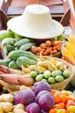 Grönsaker på fartyget på den sväva marknaden. arkivbild