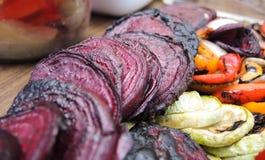 Grönsaker på gallret Arkivbild