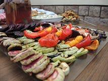 Grönsaker på gallret arkivbilder