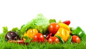 Grönsaker på gröna gras på isolerad sund näring för vit mat för bakgrund vegetarisk Arkivbild
