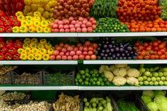 Grönsaker på hylla i supermarket arkivfoto