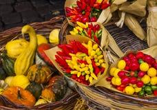Grönsaker på marknaden, Italien Arkivbilder
