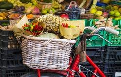 Grönsaker på marknaden, Italien Arkivfoto