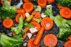 Grönsaker på pannan, sund mat, sund livsstil royaltyfri foto