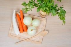 Grönsaker på skärbräda Fotografering för Bildbyråer