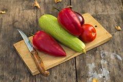 Grönsaker på skärbräda Arkivfoto