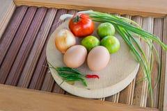 Grönsaker på skärbrädan Arkivbilder