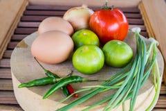 Grönsaker på skärbrädan Arkivfoton