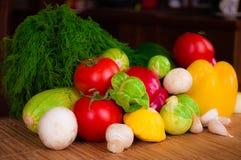 Grönsaker på tabellen Arkivfoton