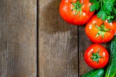 Grönsaker på träbakgrund arkivbild