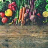 Grönsaker på träbakgrund Bio sunda organisk mat, örter och kryddor Rått och vegetariskt begrepp ingredienser royaltyfri fotografi
