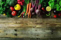 Grönsaker på träbakgrund Bio sunda organisk mat, örter och kryddor Rått och vegetariskt begrepp ingredienser royaltyfria bilder
