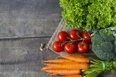 Grönsaker på träbräde Arkivfoto