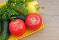 grönsaker på trätabellen Arkivfoto