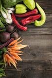 Grönsaker på trätabellen Arkivbilder