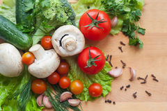 Grönsaker på wood bakgrund Royaltyfri Foto