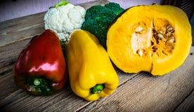 Grönsaker, peppar, grönsallat, broccoli, blomkål och pumpa Arkivbild