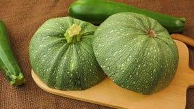 Grönsaker - rund zucchini, helt och delat upp lager videofilmer