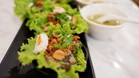 Grönsaker slår in med griskött och räka Royaltyfri Bild