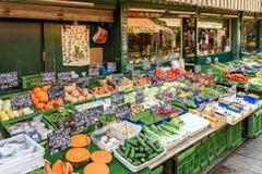 Grönsaker som är till salu i den Naschmarkt marknaden i Wien Arkivfoto