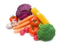 Grönsaker som isoleras på en vit bakgrund. horisontalfoto. Arkivbild