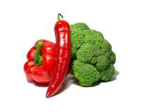 Grönsaker som isoleras på vit spansk peppar chili, broccoli mat objekt royaltyfria bilder