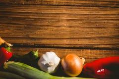 Grönsaker som läggas ut på tabellen Arkivbild