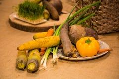 Grönsaker som tjänas som på tabellen Royaltyfri Bild