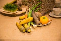 Grönsaker som tjänas som på tabellen Royaltyfria Bilder