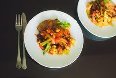 Grönsaker tomat, morot, peppar, haricot vert på den vita plattan Fotografering för Bildbyråer