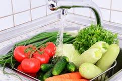 Grönsaker under horisontalrinnande vatten Royaltyfri Bild