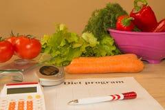 Grönsaker, Våg, räknemaskin och cm på en vit bakgrund begreppet bantar Royaltyfria Foton