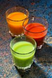 Grönsakfruktsafter i glass dryckeskärlar, bästa sikt, lodlinje Royaltyfri Fotografi
