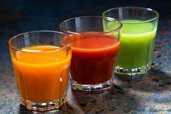 Grönsakfruktsafter i glass dryckeskärlar, closeup Royaltyfri Foto