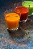 Grönsakfruktsafter i glass dryckeskärlar, lodlinje Arkivfoto