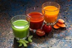 Grönsakfruktsafter på en blå bakgrund, bästa sikt Arkivbild