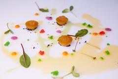 Grönsakgelé med pikkaviardressingen med sås- och gräsplansidor Arkivbild